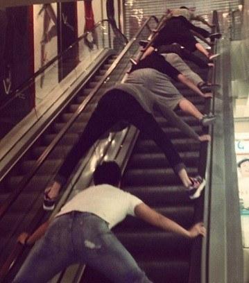 Dở khóc dở cười cách đi thang cuốn mới của người dân Trung Quốc