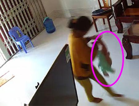 Phát hiện con 8 tháng tuổi bị người giúp việc bạo hành nhờ camera quan sát